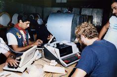 Orange, partenaire historique du Tour - Salle de presse : Des journalistes en salle de presse sur le Tour de France 1988 #tdf #orange