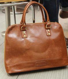 He encontrado este interesante anuncio de Etsy en https://www.etsy.com/es/listing/215051731/fashion-men-leather-handbag-shoulder-bag