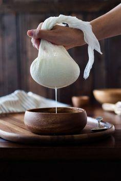 イタリアンをはじめ色々な料理に使えるリコッタチーズをホームメイドで作ってみませんか?手軽に作れる牛乳を使う方法と本格的に乳精(ホエー)を使って作る方法をご紹介します。どちらもフレッシュで味わいの深いチーズになります。アレンジレシピもどうぞ! (2ページ目)