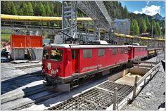 Tunnelbaustelle Albulatunnel II in Preda. Der Albulashuttle bringt Aushubmaterial von Spinas nach Preda mit den beiden betagten Ge 4/4 I 603  Badus  und 610  Viamala . (22.06.2016)