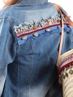 detalle espalda de #cazadoravaquera #bohostyle decorada con pasamanería y monedas. #capazoajuego