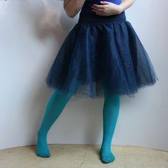 Tylová kolová sukénka :) temně modrá Veselá tylová kolová sukénka s plavečkovým pasem :) Dokonalá nejen na jaro a léto! :) Zhotovena z vrstev jemného tylu krásné tm.modré barvy s podšívkou :) Lehoučká vílí :) Sukýnka je díky úpletu v pase krásně přizpůsobivá a nikde netlačí :) Pružný pas je široký cca 10 cm a dá se pohodlně ohrnout (a tím pádem zkrátit) ...