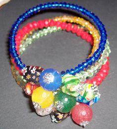 Bracciale in memory wire con cristalli. Pendenti in murrina e giade colorate