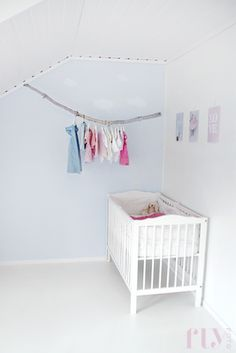 looks lovely and simple Baby Deco, Nursery Inspiration, Kids Rooms, Cribs, Children, Bed, Simple, Spaces, Furniture
