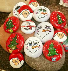 50 Creative DIY Christmas Painted Rock Design Ideas You are in the right place about diy craft Stone Crafts, Rock Crafts, Holiday Crafts, Diy Crafts, Stone Painting, Diy Painting, Art Pierre, Christmas Rock, Christmas Design