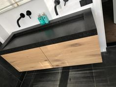 Badkamermeubel Zoë is gemaakt van eikenhout en kan worden behandeld in een door u gewenste kleur. Op de foto is het meubel behandeld met meubelolie wit 3111 (beschermlaag tegen vochtvlekken/kringen). Het meubel heeft 4 laden en zijn standaard voorzien van Push-to-Open ladegeleiders. U kunt ook kiezen voor de combinatie Push-to-Open en Soft-Close. Afmetingen lades: Dieptemaat ladebak 40cm x H 15cm. *Badkamermeubel is exclusief wasbak en kraan. Baby New Year, Concrete Sink, Bath Caddy, Bathroom Inspiration, Bathtub, Indoor, Kitchen, Home, Design