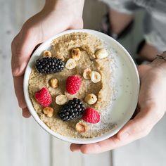 Wenn Grießbrei und Milchreis ausgedient haben, kommt Amaranth-Pudding zum Zuge - ohne Zucker und Carbs, dafür mit gerösteten Nüssen und Beeren.