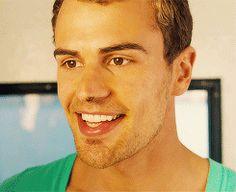 Theo James guapo