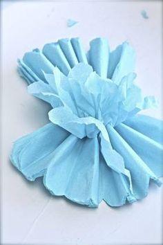 Trinn 5: Brett serviettene forsiktig ut, lag for lag. Den første halvdelen brettes ut som en vifte. Dra serviettlagene forsiktig fra hverandre. Deretter gjør du det samme med den andre halvdelen. Når du er ferdig, har du en luftig og fin serviettball, altså en pom pom.