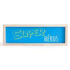 """Grâce à ce tableau lumineux original, fini les cauchemars ! Son inscription """"super héros"""" redonnera confiance à votre enfant pour affronter les petits monstres cachés dans l'ombre lorsque la nuit tombe. Il est également idéal pour apporter une touche de fun dans une pièce. Cecadre décoratif muni de LEDfonctionne à l'aide de piles.  Dimensions : 30 x 3,1 x 10 cm"""