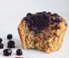 Sunde muffins uden raffineret sukker, som smager så fantastiske. De er svampet, nemme at lave og et hit hos alle de børn (og voksne) jeg har serveret dem for. Brug dem til sukkerfrie børnefødselsda… Healthy Cake, Healthy Snacks, Healthy Eating, Healthy Recipes, Kids Meals, Banana Bread, Brunch, Bakery, Deserts