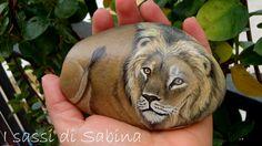 Leone dipinto su sasso