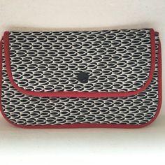 Pochette à rabat noir et blanc passepoil rouge