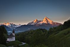 Maria Gern mit Blick auf den Watzmann im Morgenlicht