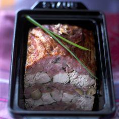 Découvrez la recette terrine de poulet au lard fumé sur cuisineactuelle.fr. Quiche, Masterchef Recipes, Cooking Classes Nyc, Cooking Blogs, Cooking Brussel Sprouts, How To Cook Meatloaf, Fish And Meat, French Food, Charcuterie