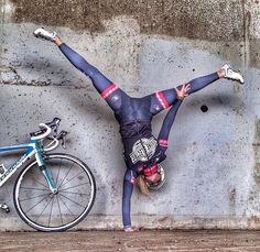Pose til at stå på an arm. Men ved os på en cykel.