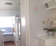 Wohnwagen innen verschönern Wand Bett Pflanze