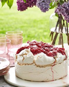 Rosy Rhubarb Meringue Cake Sky-high meringue is teamed with billows of freshly whipped cream and homemade rhubarb compote for this show stopping cake. Pavlova, Rhubarb Meringue, Meringue Cake, Meringue Desserts, Rhubarb Cake, Food Cakes, Just Desserts, Delicious Desserts, Dessert Crepes