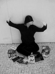"""LE LIVRE MAGIQUE, Quando estou lendo me sinto num outro mundo ,que é mágico, onde estou preso. Sou homem, mulher e talvez um animal. Morro logo ressuscito. Mato logo me matam. Essa é a magia. """"Do you wanna play with magic?"""" (Katy Perry).João Barbosa-1002"""
