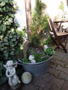 Elle achète un vieux récipient en zinc pour quelques euros... Ce qu'elle en fait est magnifique dans le jardin! - DIY Idees Creatives