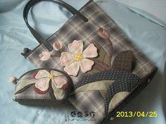先染立体花大小套包 Quilted Handbags, Quilted Bag, Big Bags, Small Bags, Bag Patches, Japanese Bag, How To Make Purses, Work Handbag, Handbag Patterns