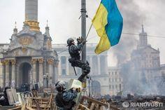 беркутівець знімає прапор України, Київ, Євромайдан