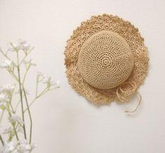 ガーリー麦わら帽子<キッズ> キッズサイズの帽子です。 エコアンダリヤという、パルプを原料にした糸を使って編んでいます。 夏空にぴったりな、シンプルな麦わら帽子。 模様編みにしたブリムがフェミニンで、ちょっとおませな印象です。 女の子らしいワンピースに合わせたり。 元気なTシャツ&短パンコーデの仕上げに。 お洋服を選ばず使えるので、1つ持っていればヘビロテ間違いなしですね。 軽くフリルのように波打つブリムも、張りがあって垂れてこないので 子どもの視界を遮りません。 すっぽりと被れる深さがあるので、元気に走ってもブランコをこいでも安心。 お散歩の時、ぜひ一緒に連れて行ってください。