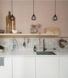 keuken scandinavisch met wand pink nudity en accenten messing, keramiek en rotan Floating Shelves, New Homes, Ceiling Lights, Interior Design, House Styles, Kitchen Ideas, Home Decor, Portugal, Kitchens