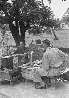Penjual kopi tempo doeloe,jakarta 1947 Old Pictures, Old Photos, Dutch East Indies, Vintage Artwork, In Ancient Times, Science And Nature, Vintage Photography, Jakarta, Historical Photos