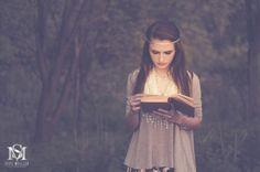 beautiful young woman reading.  vintage vibe.  boho.  hippie.  senior portraits.  high school pictures.  girls hobbies activities.  luxebysm2.com