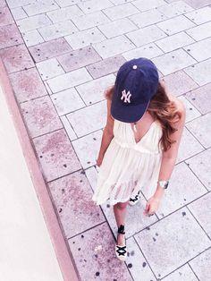 """Esta gorra de los Yankees es uno de los tesoros de nuestra """"casa museo"""". Ocupa un lugar privilegiado en la estantería de recuerdos. Fue uno de los suvenirs que compramos en el viaje que hicimos a Nueva York hace ya unos cuantos años. Una gorra verde y ésta. Cuando las veo pienso en las ganas Read More"""