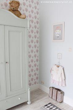 mooi, ook het behang en de kleurencombi Ikea Toddler Room, Kids Room, Baby Bedroom, Girls Bedroom, Toddler Room Organization, Kids Decor, Home Decor, Little Girl Rooms, Room Paint