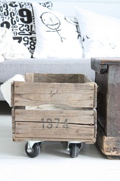 Shabby decorative box...really cool; Perfect for a Country-shabby or an industrial interior! houten kistje bewerken?