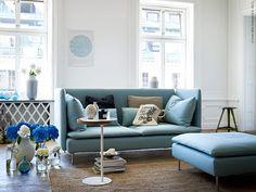 Här kan man verkligen krypa upp och försvinna en stund. En stilren soffa med hög mysfaktor och tillhörande fotpall som kan användas som soffbord eller att slänga upp fötterna på efter en lång dag.