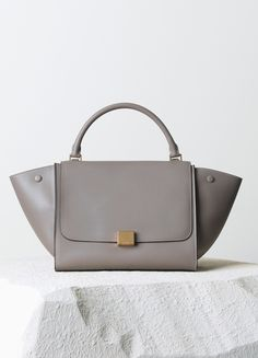 MEDIUM TRAPEZE BAG IN LIGHT GREY NATURAL CALFSKIN 30 X 24 X 15 CM (12 X 9 X 6 IN) CALFSKIN AND SUEDE LINING 169543VTB.08GC 2.100 EUR