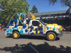 car parade decorations UC Davis Picnic Day Parade Fun truck with flowers! I love the yellow flowers on the wheels! Homecoming Floats, Homecoming Parade, Graduation Decorations, Graduation Ideas, Milestone Birthdays, Grad Parties, Diy Craft Projects, Party Gifts, Party Time