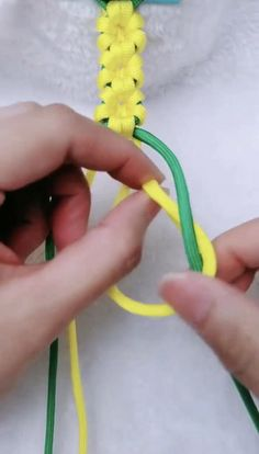Sunflower rope trick - Diy and crafts interests Diy Crafts For Girls, Diy Crafts Hacks, Rope Crafts, Yarn Crafts, Diy Friendship Bracelets Patterns, Diy Bracelets Easy, Bracelet Crafts, Jewelry Crafts, Flower Bracelet