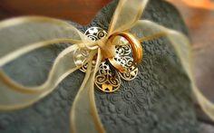 Porta Alianças Provençal com Filigrana banhada a ouro. Provençal Wedding Ring Holder with golden filigree. Cerâmica artesanal de alta temperatura. Handmade high temperature ceramic. #casamento #portaaliancas #ceramica #wedding #ringholder #ringdish #ceramic