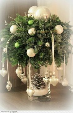 18 Amazing Christmas Centerpieces For The Cutest Christmas - Weihnachtsdeko selber basteln - Weihnachten Centerpiece Christmas, Christmas Arrangements, Xmas Decorations, Flower Arrangements, Christmas Flowers, Noel Christmas, Christmas Wreaths, Christmas Ornaments, Christmas Hanging Baskets