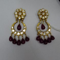 Jadau – Also known as gem-setting, these jewelry pieces have stones encrusted on one face. The opposite side has colorful meenakari work adorning it. The whole jewelry piece is nothing short of enchanting. There are different designs in Jadau.