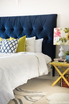 I show you how to make an easy tufted headboard. Have you ever wondered how to make the deep, diamond tufted headboard? Black Tufted Headboard, Floating Headboard, Leather Headboard, Tufted Headboards, Unique Headboards, Diy Bett, Headboard Designs, Ideas Hogar, Home Organization