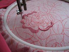 Сегодняшний мастер-класс для тех, кто хочет научиться вышивать на простой швейной машинке. Вышивать можно на любой прямострочной швейной машине, в которой можно регулировать натяжение верхней и нижней ниток. Самые удобные — это ножные центрально-шпульные швейные машинки, которые освобождают для работы обе руки вышивальщицы. Можете использовать старые машинки, доставшиеся вам от бабушек и прабабушек.