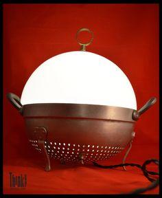 Lampada realizzata con scolapasta e parte di lampione Think Up