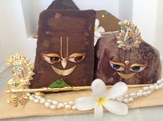Chaitanya Mahaprabhu advises how to worship the Govardhana-śilā Cute Krishna, Krishna Art, Radhe Krishna, Lord Balaji, Lord Krishna Wallpapers, Radha Rani, Lord Vishnu, Indian Gods, Gods And Goddesses