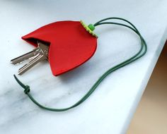 Schlüsselanhänger aus Lederin Tulpenform / leather keychain tulips, gift idea by Chiquita-Jo via DaWanda.com