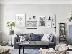 snyggt vardagsrum när det gäller toner: mattan i gåsögateknik, mörkare soffa. Vad gäller inredningen är den alldeles för bohemisk/hipsteraktig för mig