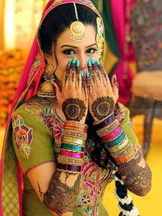 This bride's hands have been transformed into a marvelous masterpiece by the intricate henna design. Done in typical Rajasthani style, the design is symmetric, artistic and unique. The white spaces in the design add definition to the complex pattern and make it look stunning.#shaadimagazine #shaadihenna