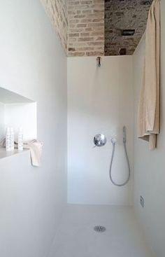 Inspiratie beeld betonlookdesign.nl !!! Prachtig toch betonstuc in het wit? En super praktisch... voeg vrij !! weinig te boenen!! Totaal andere sfeer..Zo heeft het niets meer met betonlook te maken.. Gaaf ook met die oude steenstrips er boven. combi van oud en nieuw.. wauw. Molitli-interieurmakers.nl loves betonstuc badkamers!!!;-))