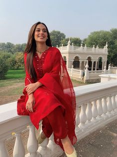 Indian Fashion Dresses, Indian Designer Outfits, Asian Fashion, Indian Outfits, Designer Dresses, Ethnic Outfits, Pakistani Models, Pakistani Girl, Pakistani Dress Design