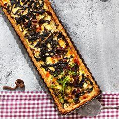 Mustatorvisieni-poropiirakka - Nordic Mushroom Pie with Horn of Plenty. Mushroom Pie, Horn Of Plenty, Savory Tart, Vegetable Pizza, Stuffed Mushrooms, Baking, Tarts, Reindeer, Food